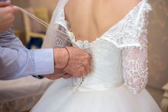 vestido de boda hermoso del cordón de la novia novia motning fotografía de archivo libre de regalías