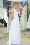 Vestido de boda mirado novia feliz de Youn en Fotos de archivo libres de regalías