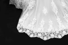 Vestido de boda precioso con las fronteras del cordón fotos de archivo