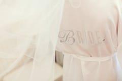 Vestido de boda y decoración hermosa de los anillos Imagen de archivo