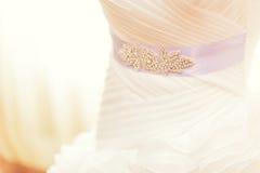 Vestido de boda y decoración hermosa de los anillos Fotos de archivo