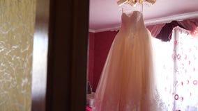 vestido de bola branco bonito que pendura do teto Conceito da forma Vestido de casamento branco que pendura na sala ao filme