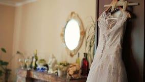 Vestido de casamento bonito pronto para a noiva que pendura nos apartamentos luxuosos video estoque