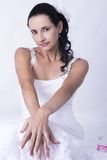 Vestido de casamento branco atrativo do cabelo encaracolado da noiva Imagens de Stock Royalty Free