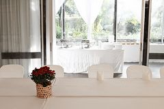 Vestido de casamento branco com toalha de mesa branca fotos de stock