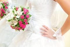 Vestido de casamento da noiva e do grupo de flores Fotografia de Stock Royalty Free
