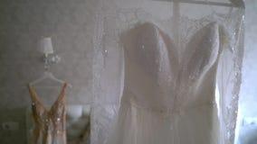 Vestido de casamento de dois luxos que pendura no quarto - branco e dourado Silhueta de vestido surpreendente do laço do ` s da n filme