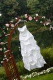 Vestido de casamento que pendura de um mandril Imagens de Stock
