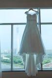 Vestido de casamento suspendido Fotografia de Stock