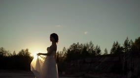 Vestido de circundamento e de ondulação da noiva vídeos de arquivo