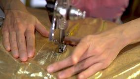 Vestido de costura de la mujer con una máquina de coser almacen de video