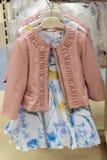 Vestido de fantasia e revestimento para meninas na loja Fotografia de Stock