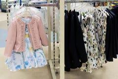 Vestido de fantasia e revestimento para meninas na loja Imagem de Stock