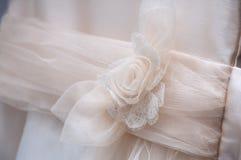 Vestido de la comunión con el arco imágenes de archivo libres de regalías
