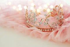 Vestido de la gasa del rosa de Tulle del vintage y tiara del diamante en la tabla blanca de madera Boda y girl& x27; concepto del Fotos de archivo libres de regalías