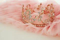 Vestido de la gasa del rosa de Tulle del vintage y tiara del diamante en la tabla blanca de madera Boda y girl& x27; concepto del imagen de archivo libre de regalías