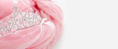 Vestido de la gasa del rosa de Tulle del vintage y tiara del diamante en la tabla blanca de madera Boda y girl& x27; concepto del imagenes de archivo