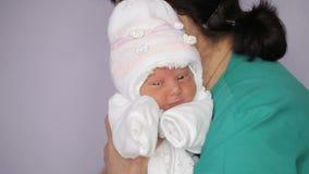 Vestido de la muchacha recién nacida en el hospital de maternidad metrajes