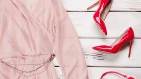Vestido de los salmones y zapatos rojos almacen de video
