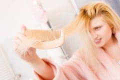 Vestido de molho vestindo chocado da mulher que escova seu cabelo imagens de stock royalty free