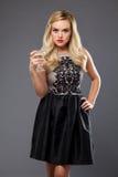 Vestido de noche de la muchacha que lleva rubia que bebe martini Fotos de archivo libres de regalías