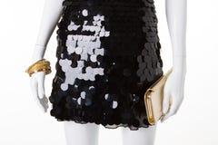 Vestido de noche negro con los accesorios del oro Fotos de archivo libres de regalías