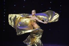 Vestido de oro magnífico Fotografía de archivo