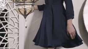 Vestido de seda da roupa árabe do leste moreno 'sexy' bonita da forma da pose do modelo do encanto da mobília de Marrocos do esti filme