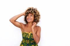 Vestido de sol que lleva femenino afroamericano elegante contra el fondo blanco Imagen de archivo