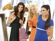 Vestido de tentativa da jovem mulher na loja da roupa Imagens de Stock