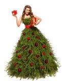 Vestido del árbol de navidad, mujer de la moda con los actuales regalos, blancos fotografía de archivo