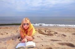 Vestido del amarillo de la muchacha del libro de lectura de la mujer Fotos de archivo