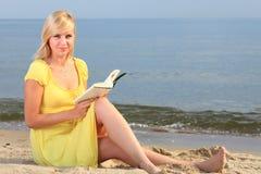 Vestido del amarillo de la muchacha del libro de lectura de la mujer Imagen de archivo