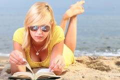 Vestido del amarillo de la muchacha del libro de lectura de la mujer Fotos de archivo libres de regalías