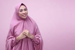 Vestido del hijab de la mujer que lleva musulmán bastante asiática Fotografía de archivo