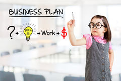 Vestido del negocio de la niña que lleva linda y dibujo de un plan de la estrategia para ser acertado en su negocio Fondo de la o imagen de archivo