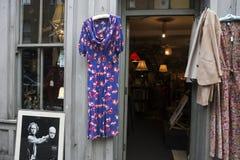 Vestido del rosa del vintage de la tienda de la caridad Imagenes de archivo