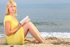 Vestido do amarelo da menina do livro de leitura da mulher Imagem de Stock