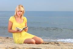 Vestido do amarelo da menina do livro de leitura da mulher Imagens de Stock