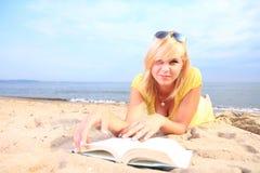 Vestido do amarelo da menina do livro de leitura da mulher Foto de Stock