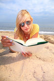 Vestido do amarelo da menina do livro de leitura da mulher Foto de Stock Royalty Free
