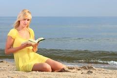Vestido do amarelo da menina do livro de leitura da mulher Fotos de Stock Royalty Free