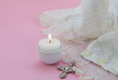 Vestido do batismo do vintage no fundo cor-de-rosa com cruz Imagens de Stock Royalty Free