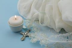 Vestido do bebê do batismo do vintage no fundo azul com cruz e Imagens de Stock
