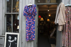 Vestido do rosa do vintage da loja da caridade Imagens de Stock