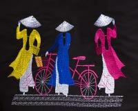 Vestido do Vietnamese do Ao Dai para mulheres fotografia de stock royalty free