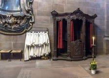 Vestido dos adolescentes do catecúmeno que penduram na sacristia dos DOM Fotos de Stock