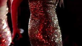 Vestido dourado da lantejoula video estoque