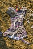 Vestido, dreamcatcher e livro encontrando-se na terra seca Estilo do moderno Fotografia de Stock