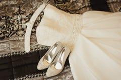 Vestido e sapatas de casamento Fotografia de Stock